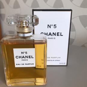 Chanel no 5, eau de parfum, 100 ml. Næsten ny, kun brugt nogle få gange. Købt i lufthavnen i sommeren 2019 men har først været i brug i efteråret. Nypris 1.099 kr.