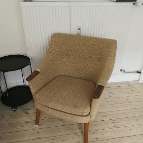 Retro lænestol med brugsmærker. Ben og armlæn er lavet af teaktræ