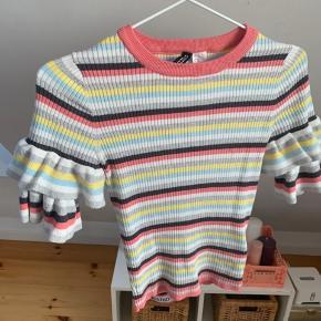 Fin stribet t-shirt med flæsedetaljer fra hm i et tyndt strikket materiale.  Aldrig brugt. Str xs.  Nypris: 150kr