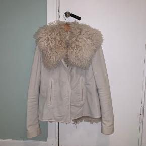 3-i-1 jakke. Kan bruges som denimjakke med pelsen i, bare som denimjakke eller pelsen som en fin vest. Denimjakken er lidt slidt. Prisen er sat derefter. Passes af XS/S. Er selv XS.