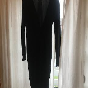 Klassisk og let sort kjole med lange ærmer. Den går ca til knæet og er hæftet i den ene side, så den giver et fint fald. Aldrig brugt.