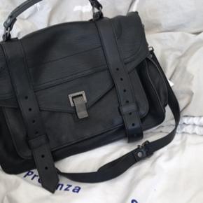 Tasken er i meget fin stand, sælges ikke for mindre 8500, som er 3000 under købspris fra ny. Proof of purchase og dustbag følger selvfølgelig med.