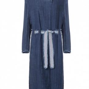 Varetype: Frakke Størrelse: 44 Farve: Blå Oprindelig købspris: 2500 kr.  Den flotteste denimfrakke - 100% bomuld med bælte.  Kan bruges som kjole. SÅ fin  Brugt meget lidt Bytter ikke   Ved TS betaler køber gebyr