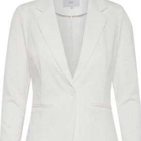 Fin hvid figursyet blazer i hvid. Str small og er str svarende.  Nypris: 600,-  Bytter ikke.