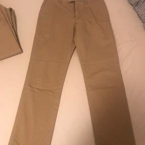 Ralph Lauren khaki farvede chinos i Straight Fit sælges i en str 31/32. I perfekt stand! Nypris 1199,-
