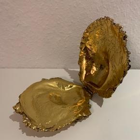 Super speciel kæmpe forgyldt muslingeskal (14 x 11 cm), som både kan bruges til dekoration og til storage af små items: eksempelvis smykker. Skallen er helt fabelagtig smuk indvendig, men guldet har lidt sorte spor på ydersiden af skallen. Uanset hvad en rigtig speciel accessory til rigtig gode penge🤩