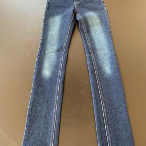 Sælger disse blå slidte jeans fra D-xel, str. 10.