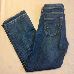 """Jeans fra Lee i modellen """"Cropped boot"""", str w 25 l 31.  De er brugte, men er i rigtig god stand og uden synlige tegn på slid, udover at der er kommet en lille olieplet fra en cykelkæde, men dette ses ikke når man har dem på. (Se billede 5&6)"""