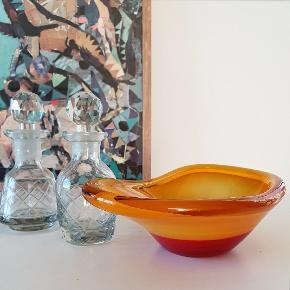 Skøn Orange Kunstglas skål 21x12x6 cm. Har medfødt skønhedsplet på undersiden og mikro skrab på bagsiden - underskøn!