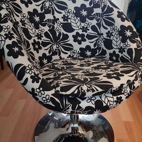 Super fin lænestol med et blomstret mønster i sort og hvid.   Mål:  H: 78 B: 62  Siddehøjde: 48   Stolen sælges grundet  pladsmangel.