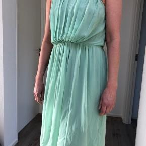 Varetype: Andet Farve: Mint,Mintgrøn Oprindelig købspris: 1400 kr.  Flot chiffon kjole med spaghetti stropper, længde under knæet, taljemarkering, lynlås i ryggen
