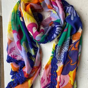 Skønt tørklæde fra Dea Kudibal i silke/viskose. Hæklet kant og flot blomsterprint i fine farver. Kun brugt få gange, som nyt