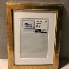 Billedramme fra IKEA  Mål: 30x40   Bemærk at der er ridser (se billeder), derfor den billige pris - ellers er den i fin stand :-)   Sender desværre ikke!