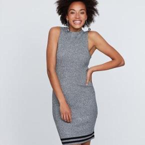 """Skøn Strik Kjole  Købspris: 299 kr.  Super udsalg.... Jeg har ryddet ud i klædeskabet og fundet en masse flotte ting som sælges billigt, finder du flere ting, giver jeg gerne et godt tilbud..............  Kjolen er en skulder kortærmet model i super blød  kraftig strik kvalitet med print.  Normal pasform. Brug denne flotte kjole både til hverdag og fest - alt efter hvad du vælger at sætte den sammen med. Modelen ser meget """"slank"""" ud - men den er super Elastisk og kan passes af alle."""