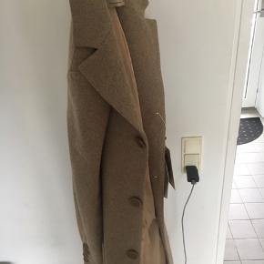 Jakke fra Bertoni sælges. Nypris 2000 kroner. Aldrig brugt, sælges da jeg allerede har en jakke af samme type.