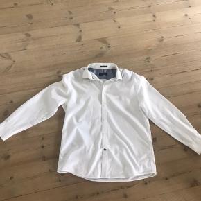 Hvid Tommy Hilfiger skjorte - Wrinklefree - god stand, ingen pletter, huller eller slid. Str. 32-33 US - sendes til en postbox nær dig med DAO. Ikke bytte.