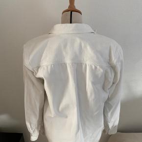 Flot næsten ubrugt hvid denim Cargartt skjorte. Passer en medium. Prisen er uden fragt. BYD gerne!