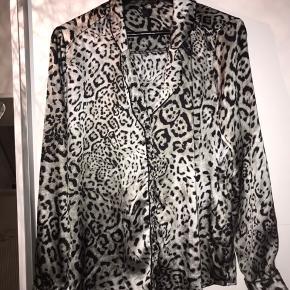 Sælger denne fine skjorte med leopardprint, brugt få gange😊