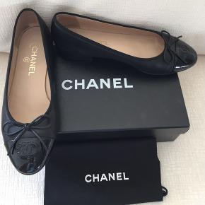 Sælger mine meget fine og meget lidt (desværre) brugte Chanel ballerinaer. Med det sagt sælger jeg KUN hvis rette bud opnås. Der medfølger, æske, dustbags og kvittering. - Første Billedet er ikke mit eget