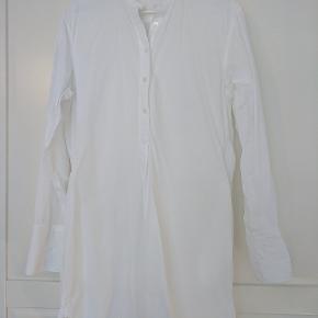 Flot lang skjorte i STR 40. Kun brugt en gang.