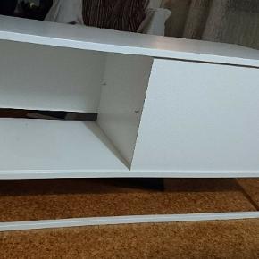 Hvidt tv-bord med én skydelåge og to hylder, H: 50 b: 101 d: 40