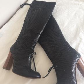 Smukke Chloe Silverado støvler i python.   Skriv endelig for evt flere billeder.