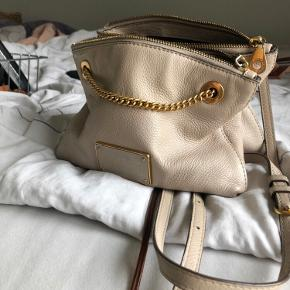 Tasken er brugt og har forbrugsspor (se billede 2). Der er også enkelte brugsspor inde i tasken, i form af plamager (stoffet er mørkt/sort, og ses derfor ikke ved brug). Den er købt i Paris for nogle år tilbage.