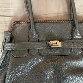 Rigtig fin taske fra Anna Field, brugt i en kort periode og er i fin stand.
