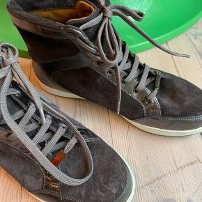 Skoene er brugt under 5 gange.   Ruskind og læder.