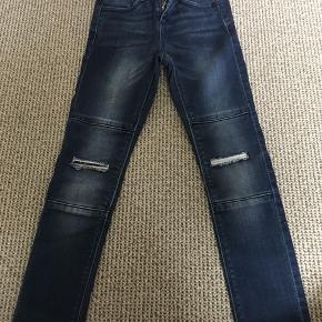 """Fede jeans med smarte """"huller"""" på knæene. Brugt få gange. Afh i 6710"""