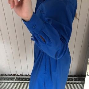 Smuk kobalt blå kjole. Skjortelignende. 98% bomuld 2% elastan.