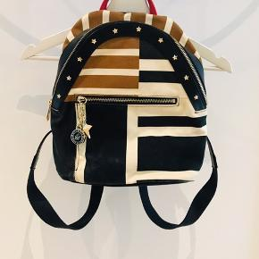 Mini rucksack in classic Tommy Hilfiger colors.