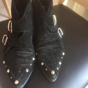 Skønne støvler med nitter, der hvor foden bøjer er de blevet lidt blanke(se billede) de har lang levetid endnu