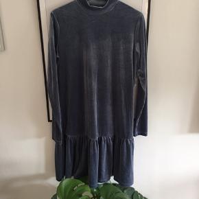 Fin velour kjole fra Pieces! Str. M! Virkelig fin til julefrokoster og andre events. Aldrig brugt!