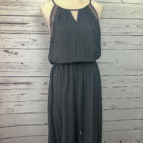 Fully-lined sun dress that is easy, and comfortable, to wear. Easy to dress up or down.
