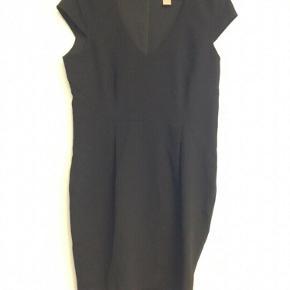 Elegant Gennemforet kjole med lang lynlås i ryggen.  Brystmål 106 cm