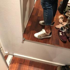 Helt nye sneakers som er købt for store. Dejlig bløde og behagelig og super fede til lidt af hvert