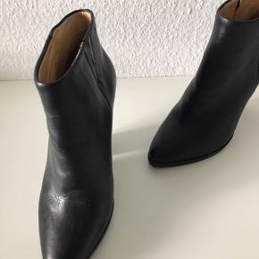 Så smukke og elegante støvletter - ægte læder - brugt en enkelt gang - kostet 700 kr.