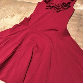 Flot rød kjole sælges Sender gerne