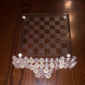Brætspil ud af glas til pynt - mangler 1 prik og nogen mangler dutter i bunden men det lægger man ikke mærke til