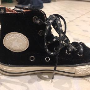 De fedeste originale converse sko i det fedeste stof med en smule glitter i. Limited edition. Der er lynlås i siden, så de er nemme at få på og af. Kun været prøvet på en enkelt gang, så fremstår som nye.