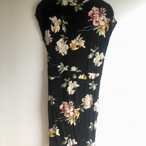 Blomstret kjole fra Magasin. Mærket siger str M, men passet bedre en small ☺️