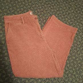 Smarte co' couture bukser i rosa. De er lidt stumpe bukser. I fint fløjsstof. De er brugt og vasket et par gange. Intet af betydning.