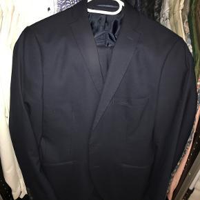 Navyblåt herre jakkesæt fra Selected Homme. Jakkesættet er str 46 og fitter somewhere mellem str 46 og 48.  Sættet er brugt få gange, men fremstår som nyt, og har lige været forbi renseriet.  Kommer som sæt, dvs. Blazer og bukser.