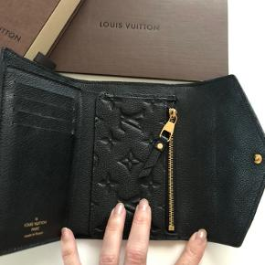 Alt medfølger (dustbag, æske, kvittering). Med guld hardware og i næsten som ny stand. Måler 10x15x2 cm. Købt hos LV i Nice den 28. juli 2016.