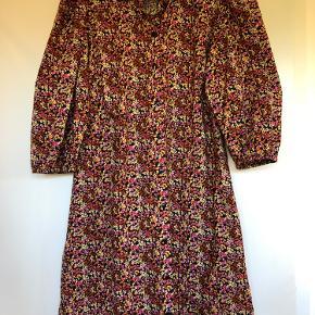 """Super fin blomstret kjole fra PIECES, model """"Pernille 3/4"""". Kjolen er helt ny og aldrig brugt, da den blev købt for lille."""