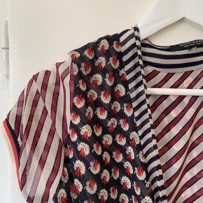 """Mønstret """"slåom"""" kjole med  forskellige flotte mønstre. Jeg har også selv brugt den som en lang overdel/ cardigan med denimbukser til eksempelvis 💛 Har taget billede hvor den bruges som kjole, men også som overdel/cardigan"""