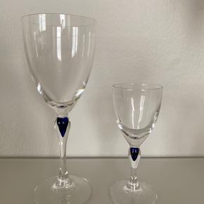 """Franske krystalglas fra Cristal d'Arques """"Venice"""" Saphir med blå dråbe.   Alle glas er i pæn stand. 50 kr. pr. stk.   Sælger: 8 hvidvinsglas (alle 8 glas for 350 kr.) 10 likørglas (alle 10 glas for 350 kr.)   Afhentes i Ørestad 🌻"""