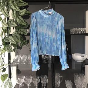 Smuk blå bluse fra ganni! Brugt en enkelt gang - fremstår som ny.