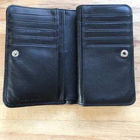 Rigtig fin pung med plads til det hele fra Marc Jacobs. Den er brugt, men der er ingen tydelige brugsspor. Kom gerne med bud:)